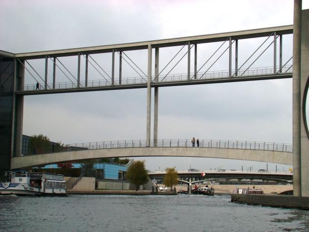 Bridge connecting Paul Löbe Haus & Marie-Elisabeth Lüders Haus