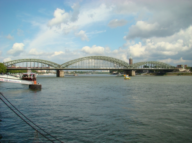 Hohenzollernbrücke (Hohenzollern bridge) over the Rhein River